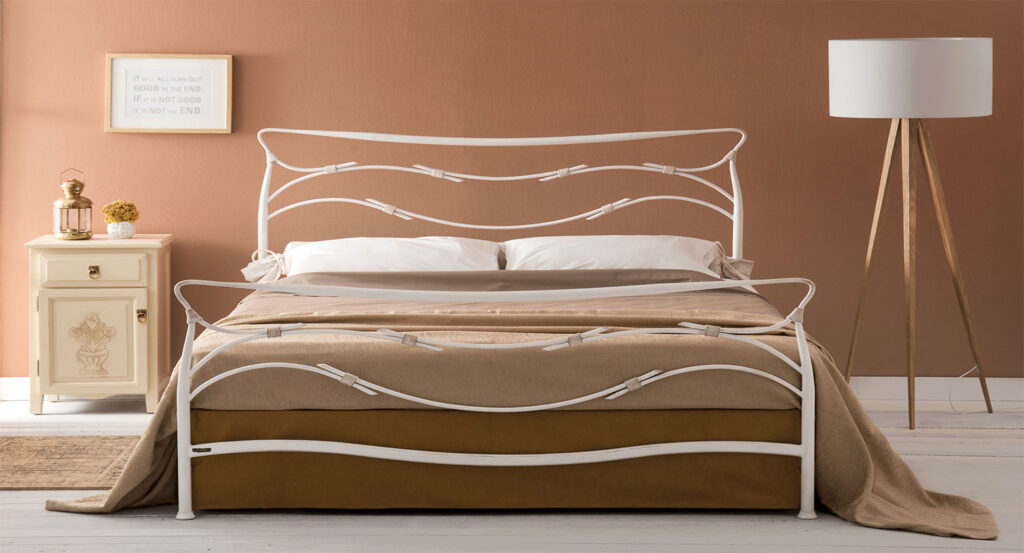 λευκό σιδερένιο κρεβάτι